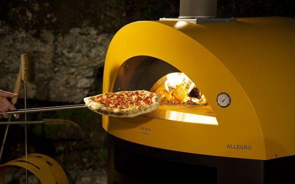 cooking pizza wood fired pizza oven allegro yellow color 1200x750 600x375 - Piec do pizzy Alfa Forni Allegro czerwony z podstawą